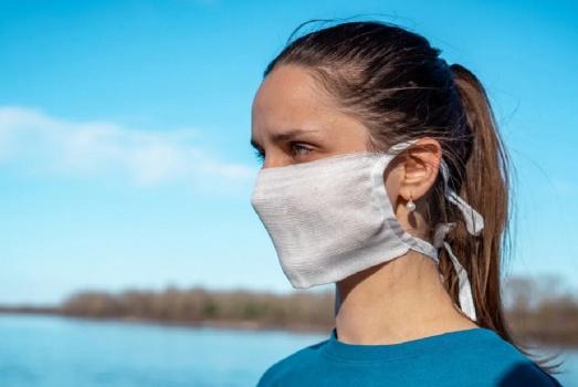 Девушка в маске из марли