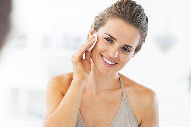 Вместо мыла очищать лицо можно тоником или молочком