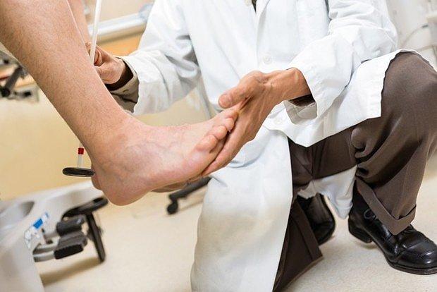 В первую очередь врач производит осмотр и опрос пациента